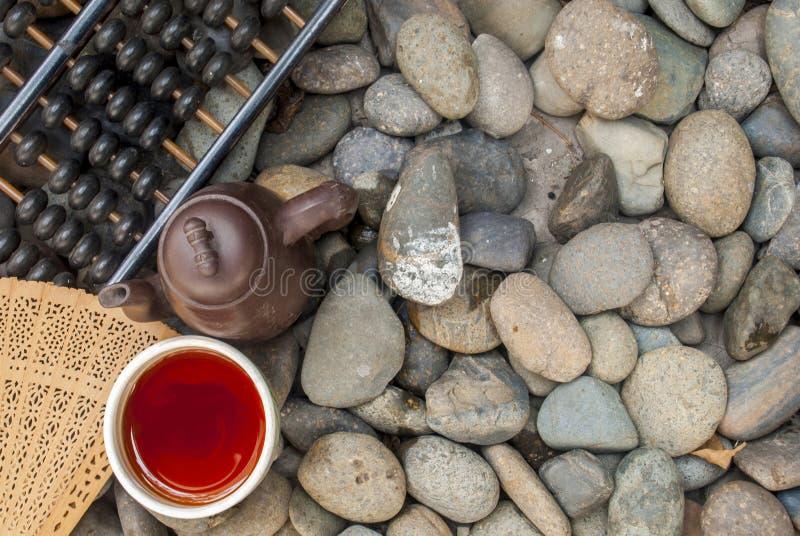 Κινεζικό τσάι που τίθεται τον άβακα και τον κινεζικό ανεμιστήρα που τίθενται με στο σωρό γρανίτη στοκ φωτογραφία με δικαίωμα ελεύθερης χρήσης