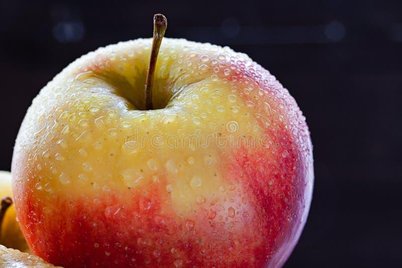Κινηματογράφηση σε πρώτο πλάνο ενός όμορφου κόκκινου μήλου στοκ φωτογραφίες