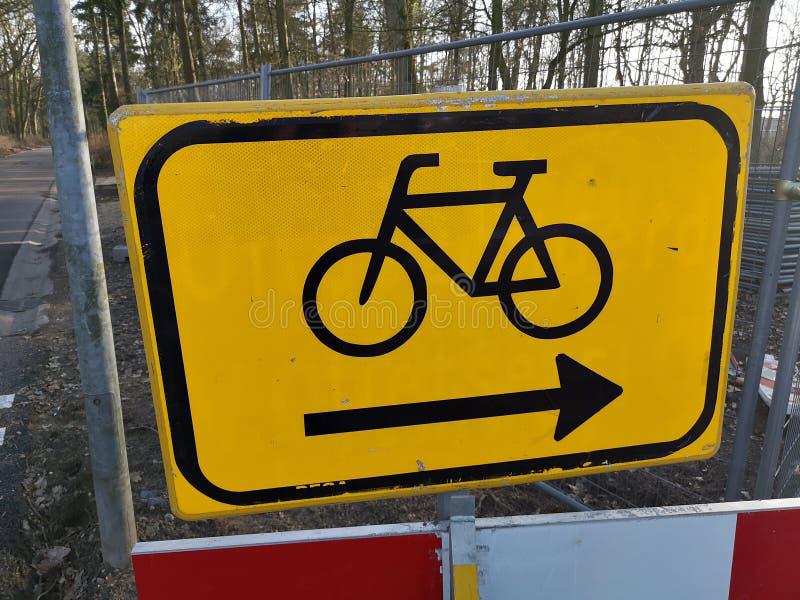 Κινηματογράφηση σε πρώτο πλάνο του σημαδιού που δείχνει τη λοξοδρόμηση για τους ποδηλάτες στοκ εικόνα με δικαίωμα ελεύθερης χρήσης