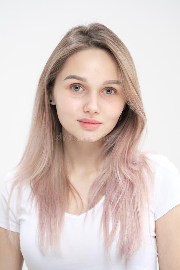 Κινηματογράφηση σε πρώτο πλάνο του προσώπου ενός όμορφου νέου ξανθού κοριτσιού με το ομαλό δέρμα στοκ εικόνα
