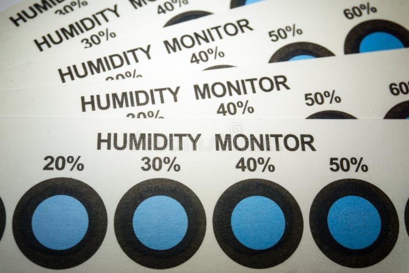 Κινηματογράφηση σε πρώτο πλάνο των καρτών δεικτών υγρασίας από τη βιομηχανία κατασκευής ηλεκτρονικής με τα μπλε σημεία δεικτών στοκ φωτογραφίες
