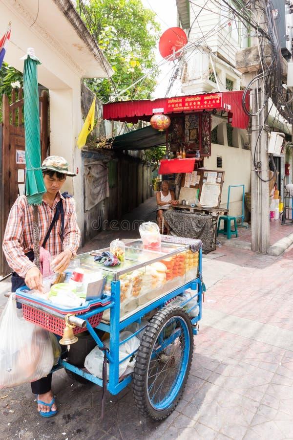 Κινητά πωλώντας φρούτα προμηθευτών τροφίμων οδών από ένα κάρρο σε Chinatown, Μπανγκόκ, Ταϊλάνδη στοκ εικόνα με δικαίωμα ελεύθερης χρήσης