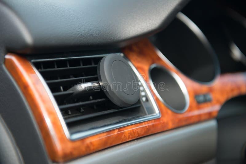Κινητός τηλεφωνικός κάτοχος μαγνητών αυτοκινήτων A/$l*c σε λειτουργία στοκ φωτογραφία