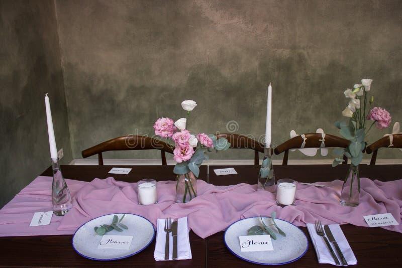 Κλασικός που θέτει στον παραδοσιακό λεπτό να δειπνήσει πίνακα το κομψό ύφος πολυτέλειας με τις ασημικές, γυαλί κρασιού, λουλούδι  στοκ φωτογραφίες με δικαίωμα ελεύθερης χρήσης