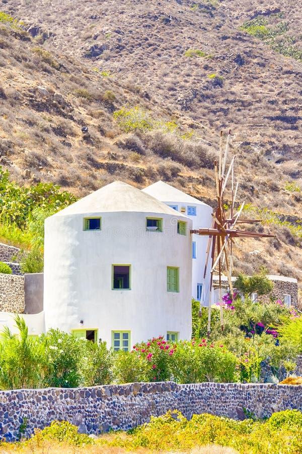 Κλασσικά ελληνικά σπίτια στο νησί Santorini caldera στους λόφους στοκ φωτογραφία με δικαίωμα ελεύθερης χρήσης