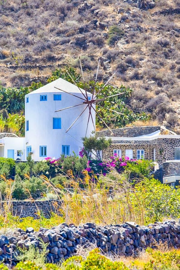 Κλασσικά στρογγυλά ελληνικά σπίτια ανεμόμυλων στο νησί Santorini Caldera στα βουνά στοκ φωτογραφία με δικαίωμα ελεύθερης χρήσης