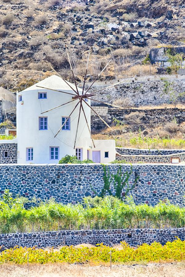 Κλασσικά στρογγυλά ελληνικά σπίτια ανεμόμυλων στο νησί Santorini Caldera στα βουνά στοκ φωτογραφίες με δικαίωμα ελεύθερης χρήσης