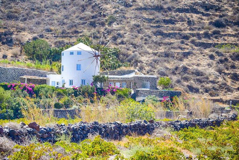 Κλασσικά στρογγυλά ελληνικά σπίτια μύλων στο νησί Santorini Caldera στα βουνά στοκ φωτογραφία με δικαίωμα ελεύθερης χρήσης