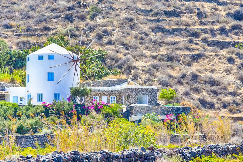 Κλασσικά στρογγυλά ελληνικά σπίτια μύλων στο νησί Santorini Caldera στα βουνά στοκ εικόνες