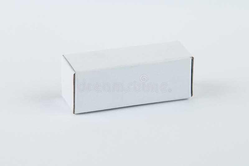 Κλείστε επάνω ενός μικρού άσπρου κουτιού από χαρτόνι, που απομονώνεται στο άσπρο υπόβαθρο στοκ εικόνα