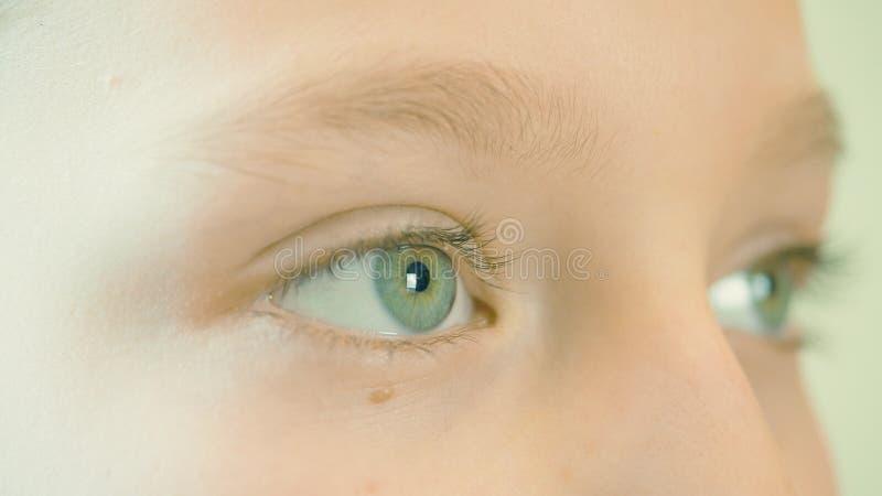 Κλείστε επάνω τα μάτια κοριτσιών Μακρο πυροβολισμός που πυροβολείται του προσώπου κοριτσιών με το όμορφο κλείσιμο του ματιού ματι στοκ φωτογραφίες