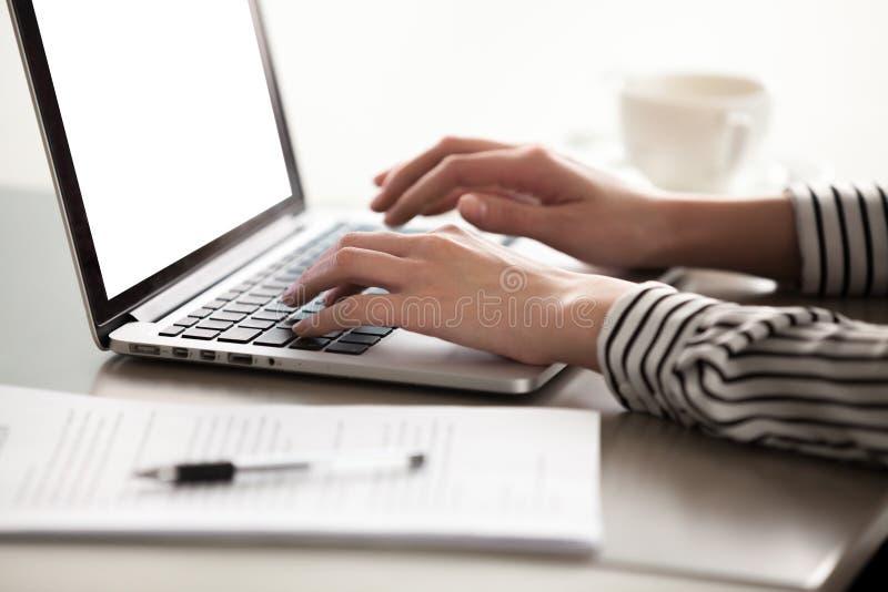 Κλείστε επάνω την άποψη των θηλυκών χεριών δακτυλογραφώντας στο πληκτρολόγιο lap-top στοκ εικόνες με δικαίωμα ελεύθερης χρήσης