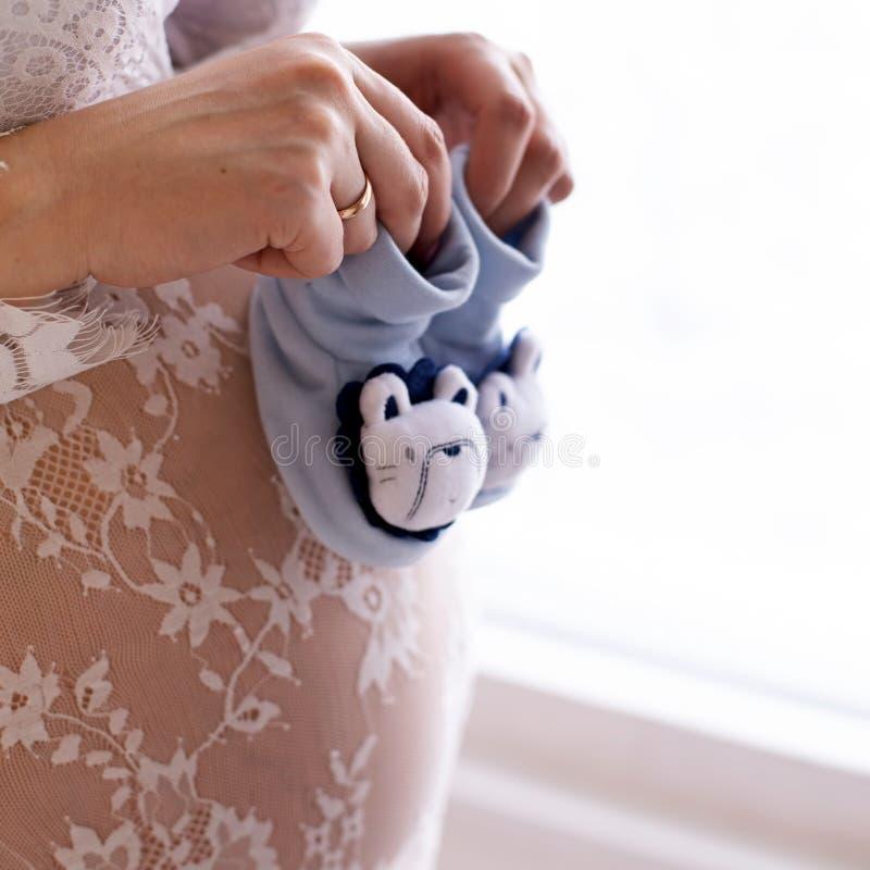 Κλείστε επάνω της έγκυου κοιλιάς στοκ φωτογραφία με δικαίωμα ελεύθερης χρήσης