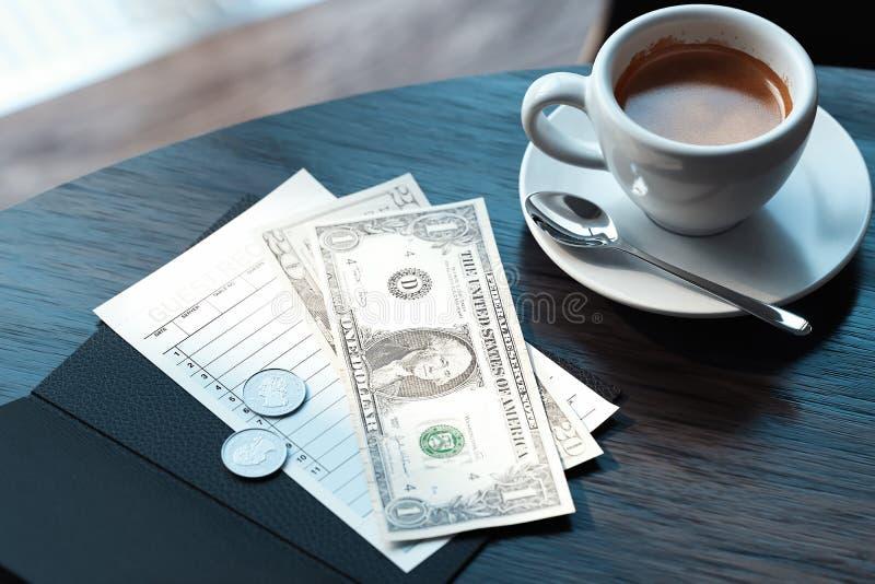 Κλείστε επάνω της επιταγής, των χρημάτων μετρητών και του φλυτζανιού καφέ στο σύγχρονο καφέ τρισδιάστατη απόδοση διανυσματική απεικόνιση