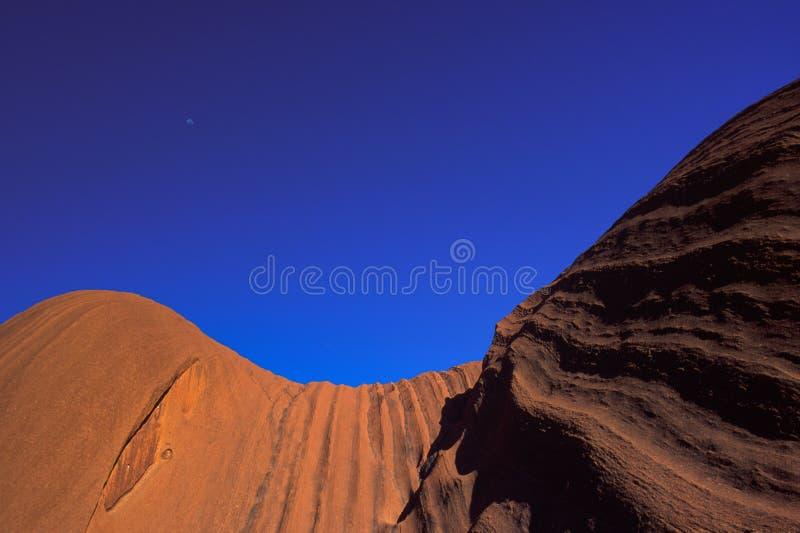 Κλείστε επάνω τις απόψεις του μεγαλοπρεπούς σχηματισμού βράχου του βράχου Uluru Ayers στο εθνικό πάρκο Uluru Kata Tjuta, Αυστραλί στοκ φωτογραφίες