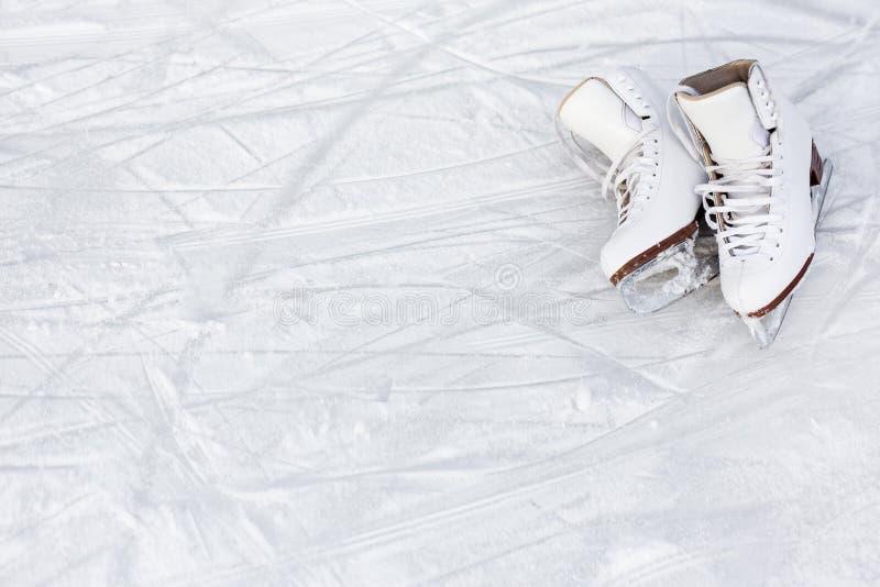 Κλείστε επάνω του διαστήματος σαλαχιών και αντιγράφων αριθμού πέρα από το υπόβαθρο πάγου με τα σημάδια από το πατινάζ στοκ φωτογραφία με δικαίωμα ελεύθερης χρήσης