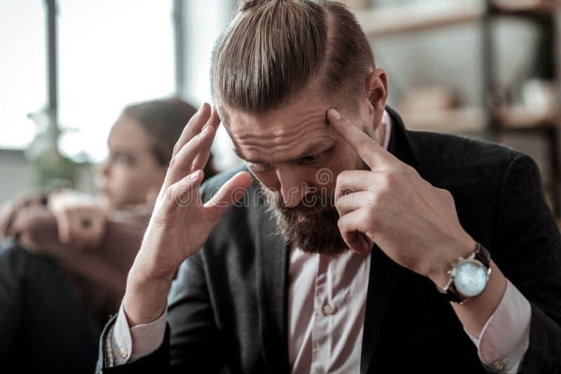 Κλείστε επάνω του πατέρα που φορά το συναίσθημα ρολογιών χεριών που τονίζεται και νευρικό στοκ εικόνα με δικαίωμα ελεύθερης χρήσης