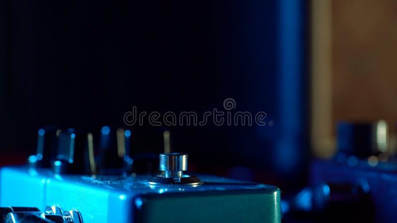 Κλείστε επάνω του πενταλιού κιθάρων μηχανή βρόχων επίδρασης μουσικής Μακρο άποψη στοκ φωτογραφία