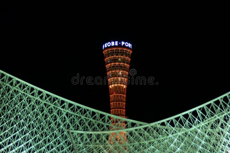 Κλείστε επάνω του πύργου λιμένων του Kobe και της φωτισμένης στέγης του μουσείου Kawasaki στο Kobe, Ιαπωνία στοκ φωτογραφία