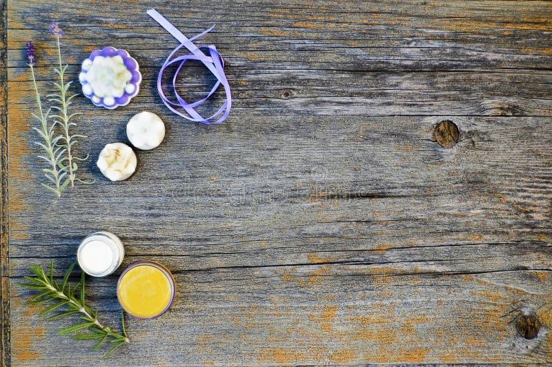Κλείστε επάνω, τοπ πυροβολισμός των ανάμεικτων οργανικών, χειροποίητων, βοτανικών σαπουνιών μορφής λουλουδιών με lavender, δεντρο στοκ εικόνα