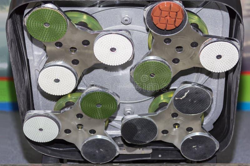 Κλείστε επάνω το αλέθοντας και γυαλίζοντας μηχανών πιάτο διαμαντιών για την πέτρα ή το συγκεκριμένο καθαρισμό της εργασίας λήξης  στοκ εικόνα