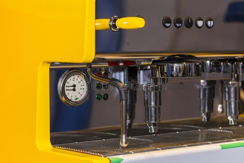 Κλείστε επάνω το σύγχρονο και αυτόματο κίτρινο χρώμα της μηχανής καφέ στοκ φωτογραφίες με δικαίωμα ελεύθερης χρήσης