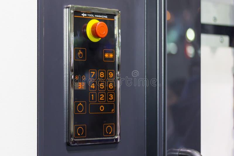 Κλείστε επάνω το πίνακα ελέγχου του περιοδικού εργαλείων για cnc τη μηχανή τόρνου ή του επεξεργαμένος στη μηχανή κέντρου για βιομ στοκ φωτογραφία