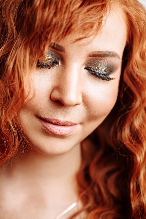Κλείστε επάνω το πορτρέτο του νέου όμορφου redhead κοριτσιού στοκ φωτογραφίες με δικαίωμα ελεύθερης χρήσης