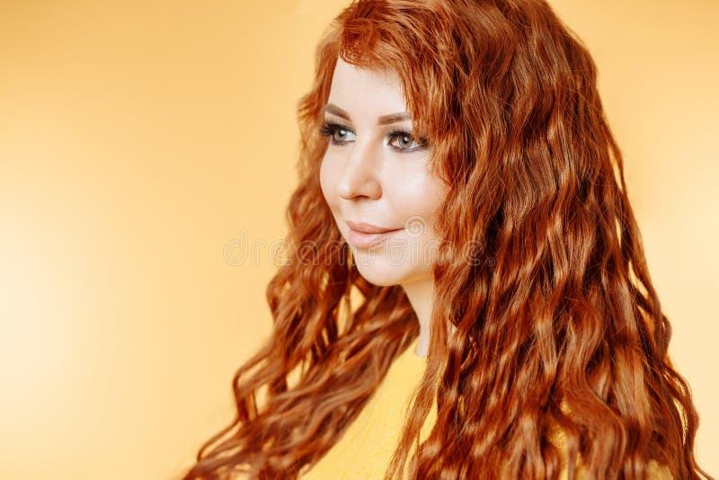 Κλείστε επάνω το πορτρέτο του νέου όμορφου redhead κοριτσιού στοκ εικόνες