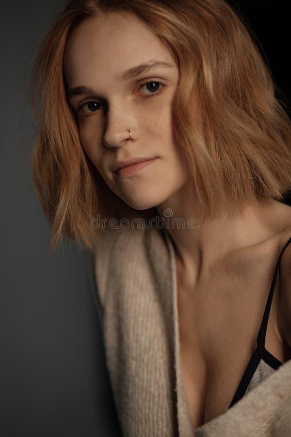 Κλείστε επάνω το πορτρέτο του όμορφου κοριτσιού με την καφετιά τρίχα, που διαπερνά στη μύτη της στοκ φωτογραφία με δικαίωμα ελεύθερης χρήσης