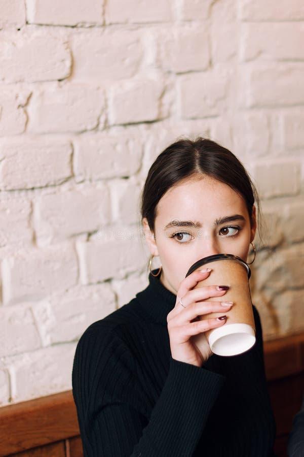 Κλείστε επάνω το πορτρέτο του όμορφου νέου κοριτσιού brunett στοκ φωτογραφίες