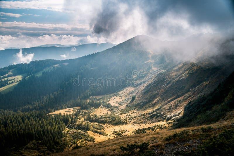 Κοιλάδα βουνών κατά τη διάρκεια της ανατολής φυσικό καλοκαίρι τοπίων στοκ εικόνα με δικαίωμα ελεύθερης χρήσης