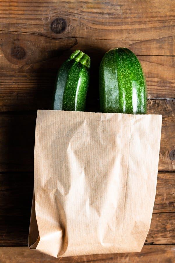 Κολοκύθια στην τσάντα εγγράφου Επιλέξτε τη λιγότερο πλαστική έννοια στοκ φωτογραφία με δικαίωμα ελεύθερης χρήσης