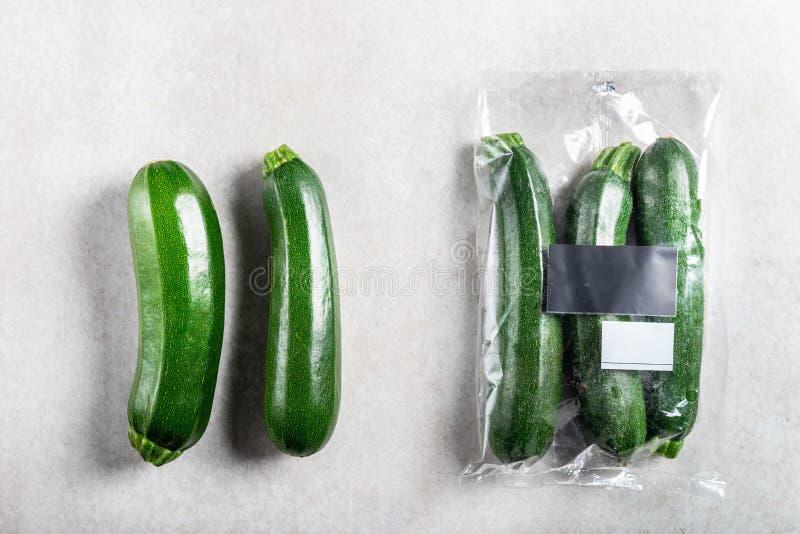 Κολοκύθια στη πλαστική τσάντα ΕΝΑΝΤΙΟΝ της τσάντας εγγράφου Επιλέξτε τη λιγότερο πλαστική έννοια στοκ φωτογραφία με δικαίωμα ελεύθερης χρήσης