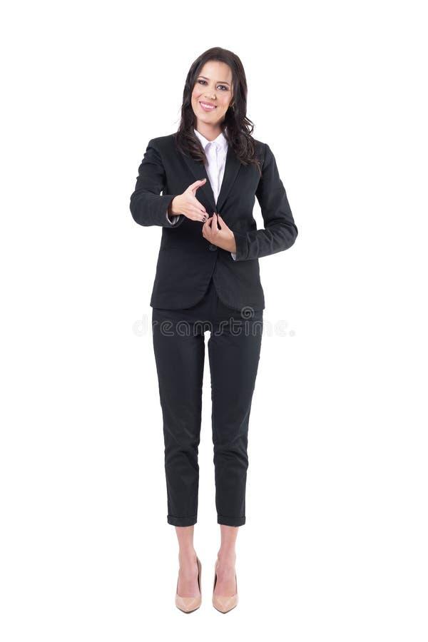 Κομψή επίσημη ευγενική χαμογελώντας επιχειρησιακή γυναίκα στο κοστούμι που προσφέρει το χέρι για τη χειραψία στοκ εικόνες με δικαίωμα ελεύθερης χρήσης