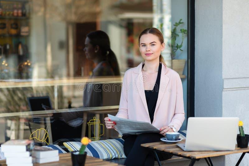 Κομψή χαλάρωση επιχειρηματιών στο πεζούλι καφέδων στον καφέ κατανάλωσης πρωινού και ανάγνωση της οικονομικής εφημερίδας στοκ φωτογραφίες με δικαίωμα ελεύθερης χρήσης