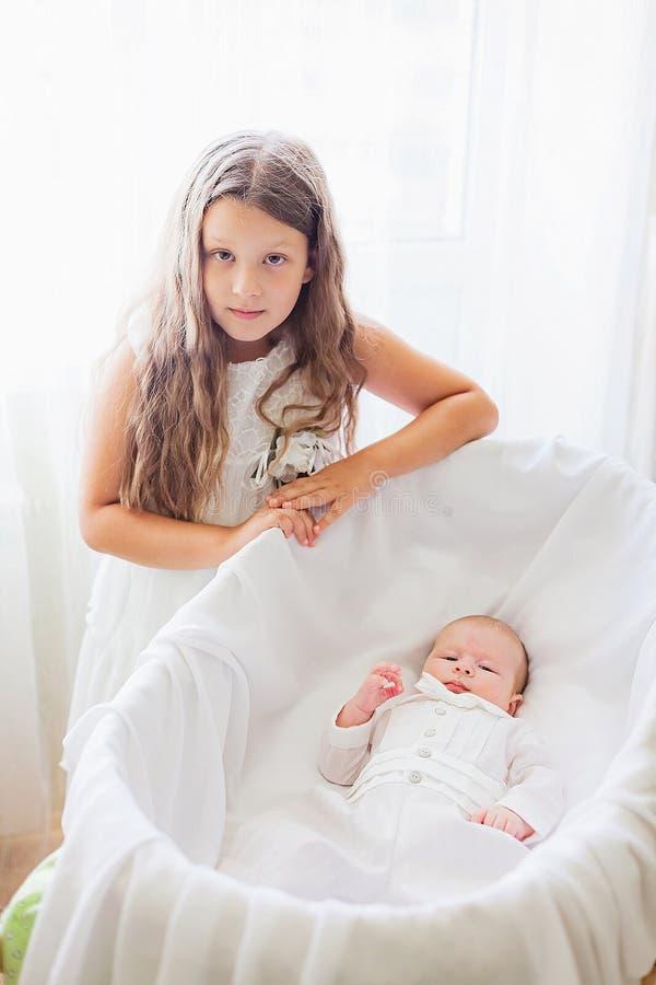 Κορίτσι με λίγο αδελφό στοκ φωτογραφία με δικαίωμα ελεύθερης χρήσης