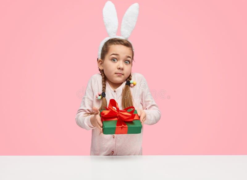Κορίτσι με τα αυτιά λαγουδάκι που δίνουν το παρόν στοκ φωτογραφία με δικαίωμα ελεύθερης χρήσης