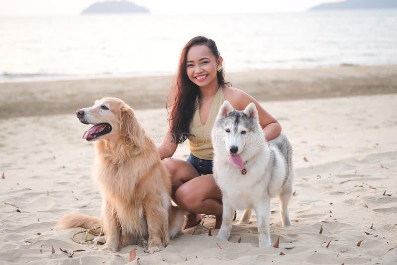 Κορίτσι με τα σκυλιά της στοκ φωτογραφίες με δικαίωμα ελεύθερης χρήσης