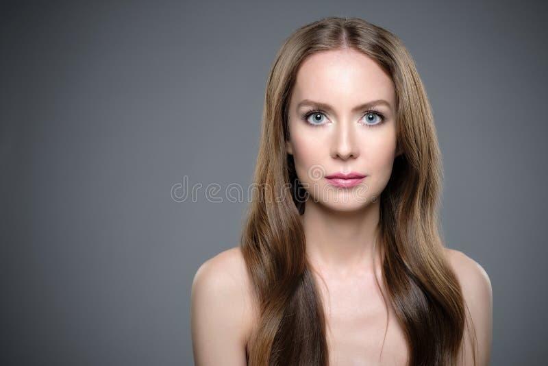 Κορίτσι με τη μακριά και λαμπρή τρίχα Όμορφη πρότυπη γυναίκα με το καλό hairstyle στοκ εικόνα με δικαίωμα ελεύθερης χρήσης