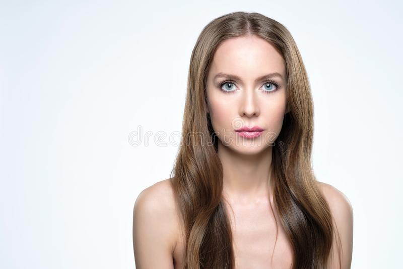 Κορίτσι με τη μακριά και λαμπρή τρίχα Όμορφη πρότυπη γυναίκα με το καλό hairstyle στοκ φωτογραφία με δικαίωμα ελεύθερης χρήσης