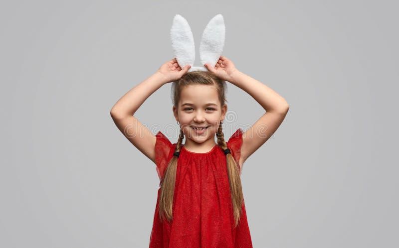 Κορίτσι στα άσπρα αυτιά λαγουδάκι που θέτουν στη κάμερα στοκ φωτογραφία με δικαίωμα ελεύθερης χρήσης