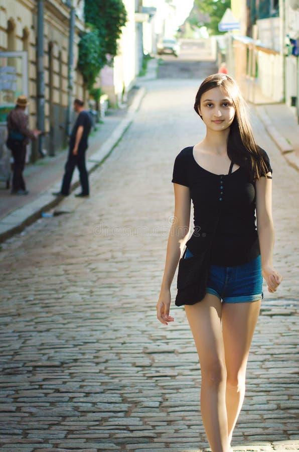 Κορίτσι της Νίκαιας με τους μακρυμάλλεις περιπάτους κάτω από την οδό με την όμορφη αρχαία αρχιτεκτονική στοκ φωτογραφίες με δικαίωμα ελεύθερης χρήσης