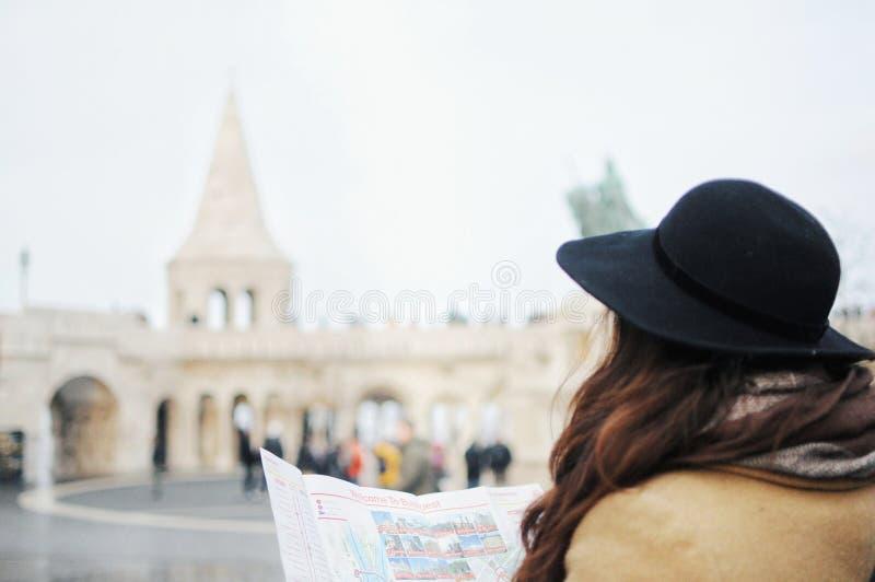Κορίτσι τουριστών στο καπέλο που κοιτάζει στο χάρτη στον προμαχώνα του Φίσερ στη Βουδαπέστη, Ουγγαρία στοκ φωτογραφία