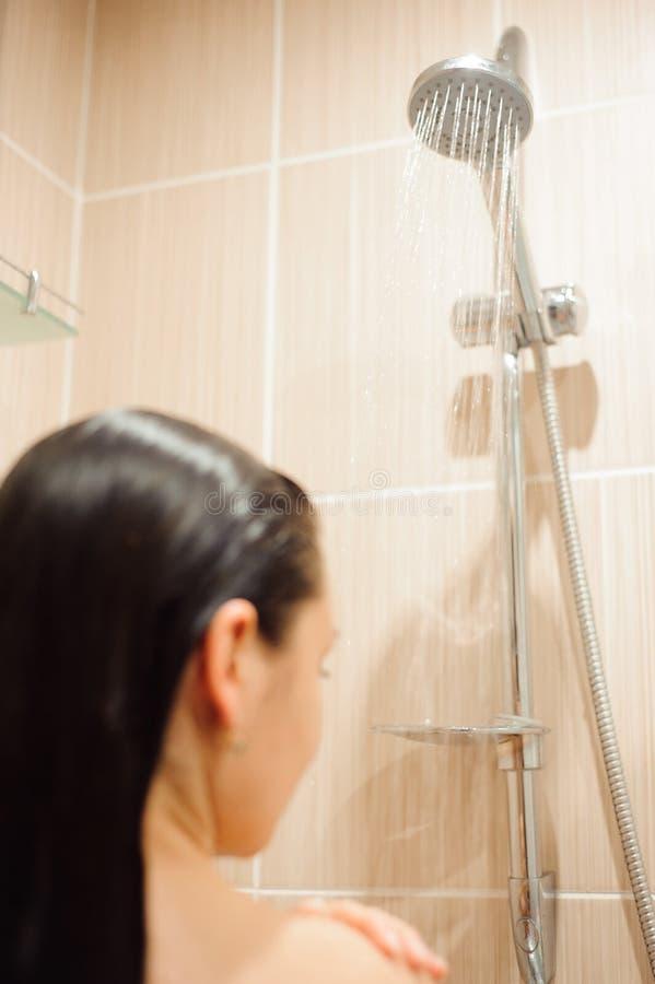 Κορίτσι που πλημμυρίζει στην περίφραξη θαλαμίσκων καμπινών ντους Νέα γυναίκα που φροντίζει την υγιεινή στο λουτρό στοκ εικόνα με δικαίωμα ελεύθερης χρήσης