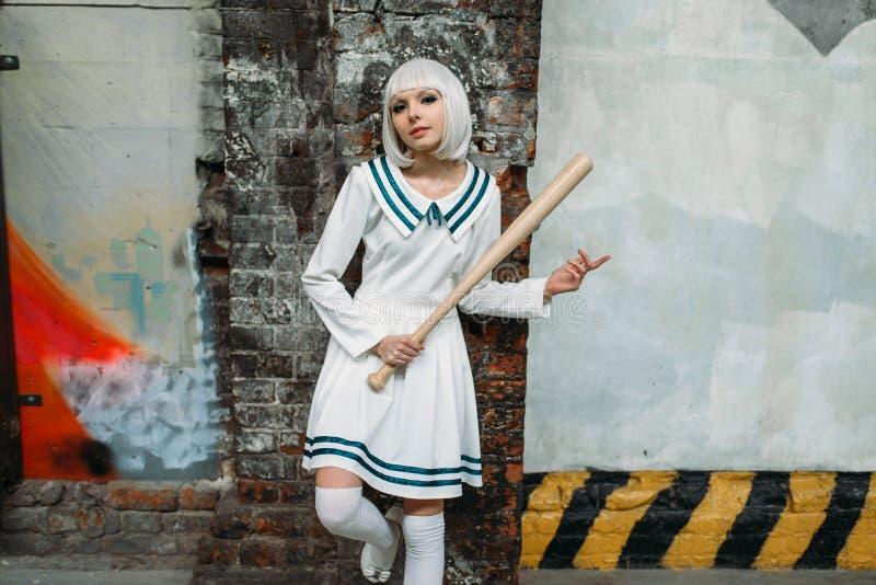 Κορίτσι Anime με το ρόπαλο του μπέιζμπολ στο εγκαταλειμμένο εργοστάσιο στοκ εικόνες