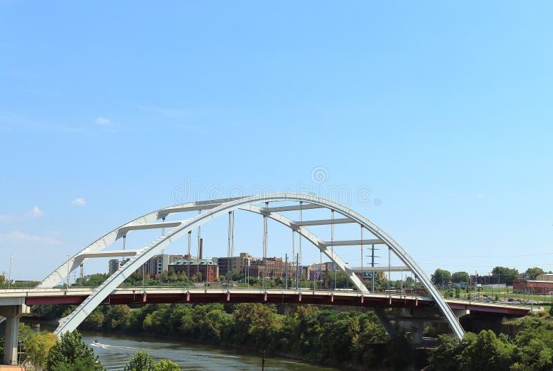Κορεατική γέφυρα Blvd παλαιμάχων πέρα από τον ποταμό του Cumberland στο Νάσβιλ, Τένεσι στοκ φωτογραφίες