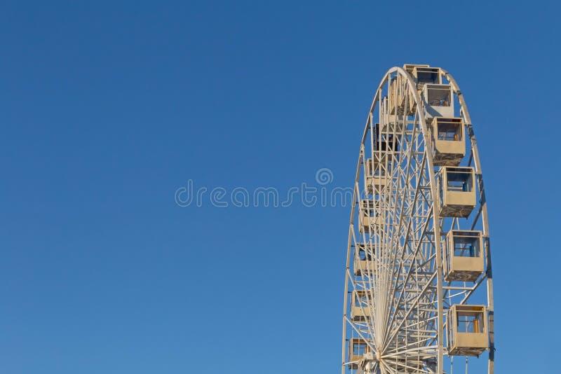 Κορυφή της ρόδας ferris ενάντια στο μπλε ουρανό στοκ φωτογραφίες