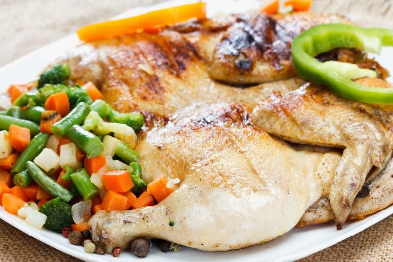 Κοτόπουλο που τηγανίζεται με τα λαχανικά σε μια πετσέτα burlap στοκ φωτογραφία με δικαίωμα ελεύθερης χρήσης