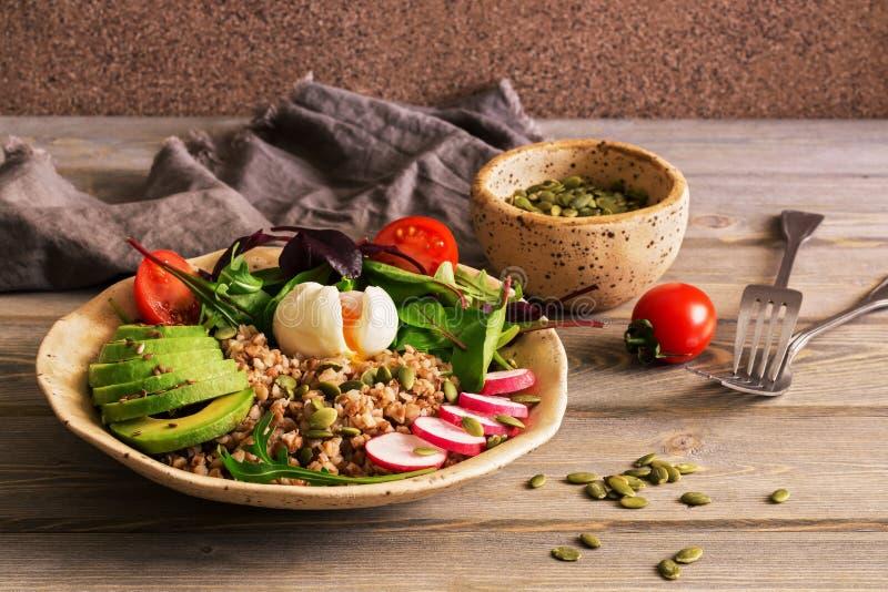 Κουάκερ φαγόπυρου, βρασμένο αυγό, φρέσκα λαχανικά σε έναν ξύλινο ξύλινο πίνακα Υγιής ισορροπημένη διατροφή Εκλεκτική εστίαση διάσ στοκ φωτογραφίες με δικαίωμα ελεύθερης χρήσης
